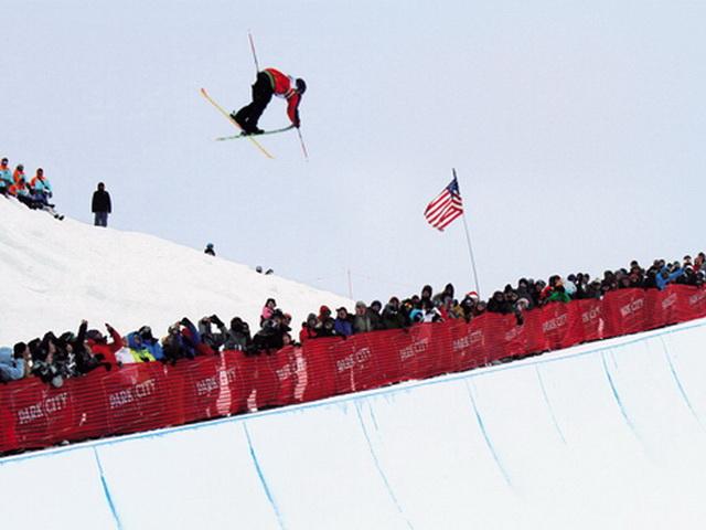 ハーフパイプをスキーで滑る